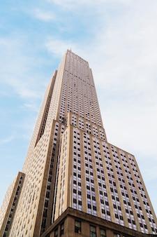 Empire state building na jasny słoneczny dzień