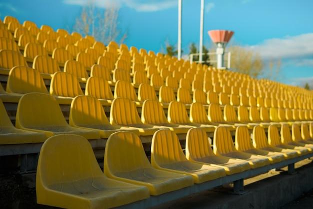 Empty siedzi na trybunie na stadionie z powodu wirusa