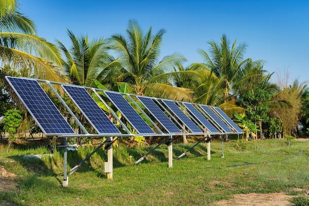 Energetyczny panel słoneczny dla rolnictwa w wiejskiej okolicy pola uprawne na tle błękitnego nieba, przemysł rolny gospodarstwa domowego styl wiejski w tajlandii, inteligentna farma alternatywna koncepcja czystej zielonej energii