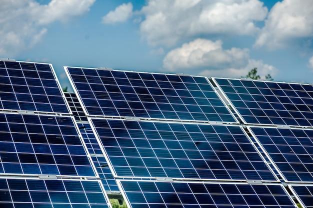 Energetyczny panel słoneczny na stacji