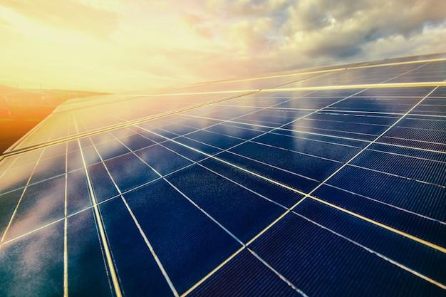 Energia alternatywna aby zachować energię świata (panele słoneczne na niebie)