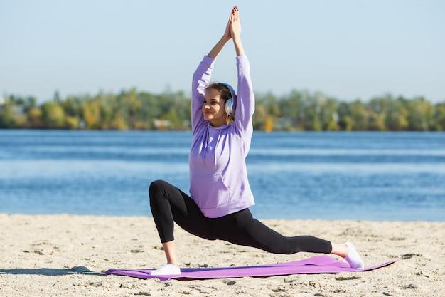 Energia. młoda lekkoatletka, trening kobiety, ćwiczenia na świeżym powietrzu w jesiennym słońcu