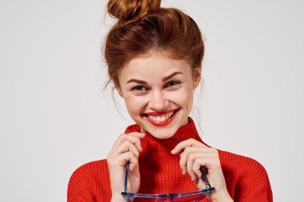 Energiczna kobieta w czerwonym swetrze model zabawy emocje drażliwość