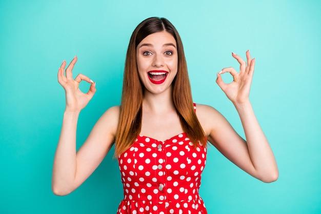 Energiczna pozytywna wesoła dziewczyna pokazuje znak w porządku polecam sprzedaż promocyjną