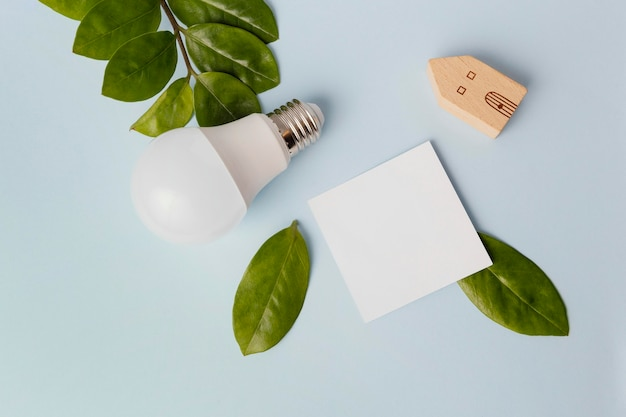Energooszczędna żarówka na biurku