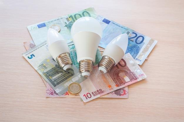 Energooszczędne lampy i arabskie dirhamy. pojęcie oszczędzania.