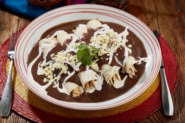 Enfrijoladas con pollo queso y crema comida tipica mexican
