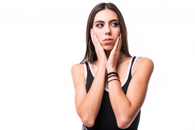 Enigmatyczny model brunetka w czarnej koszuli na białym tle