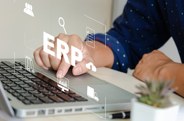 Enterprise resource planning (erp) system oprogramowania do planowania zasobów biznesowych. koncepcja ręcznie wpisując ikony komputera laptop na wirtualnym ekranie.