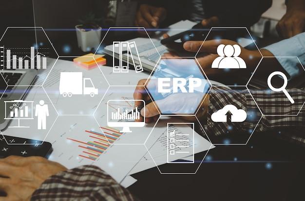 Enterprise resource planning (erp) system oprogramowania do planowania zasobów biznesowych. ludzie biznesu i ikony koncepcji technologii finansowych i cyfrowych na wirtualnym ekranie.