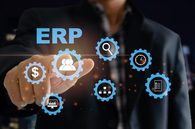 Enterprise resource planning (erp) system oprogramowania do planowania zasobów biznesowych. ręka mężczyzny dotyka słowa erp na wirtualnym ekranie.