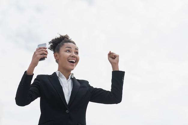 Entuzjastyczna kobieta w średnim ujęciu