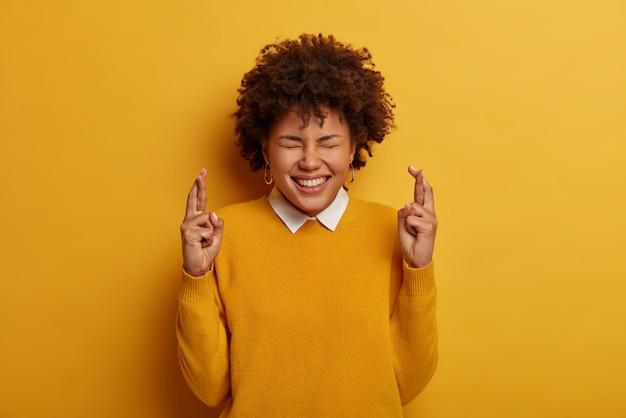 Entuzjastyczna, uszczęśliwiona kobieta oczekuje ważnych rezultatów