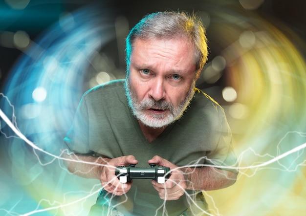 Entuzjastyczny gracz. radosny mężczyzna trzymający kontroler gier wideo