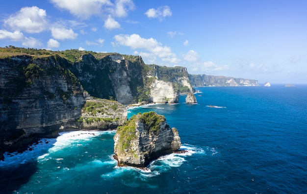 Epicki strzał z drona banah cliff w nusa penida, bali - indonezja