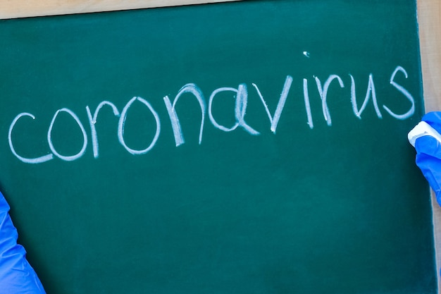 Epidemia koronawirusa koronawirusa. epidemiczny wirusowy zespół oddechowy. talerz dziewczynki w rękach. chiny