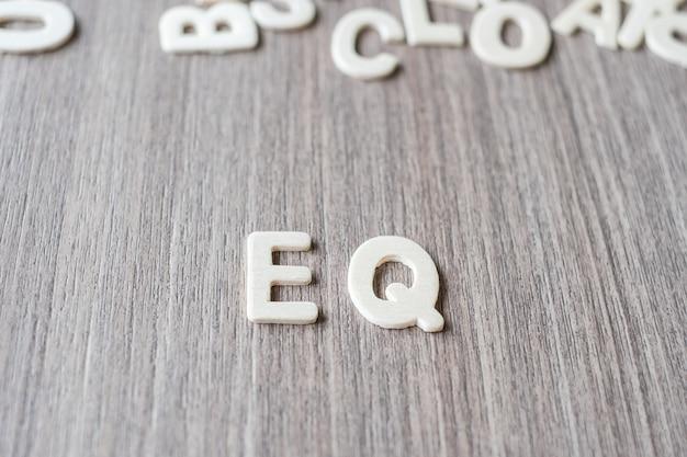Eq słowo drewniani abecadło listy. koncepcja biznesowa i pomysł