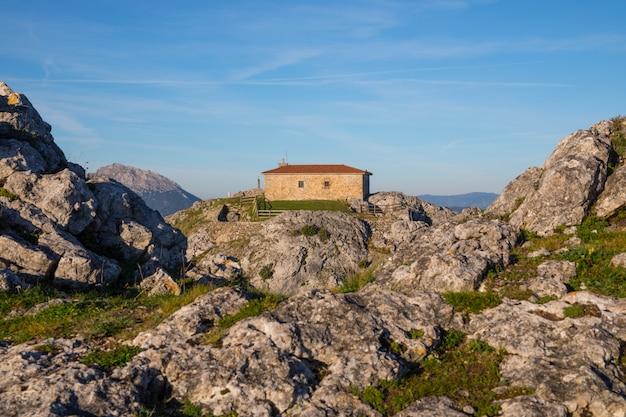 Ermitage aitzorrotz na szczycie skały w eskoriatza, kraj basków.