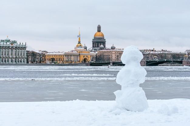 Ermitaż, sobór św. izaaka, admiralicja sankt petersburg w zimie bałwan.
