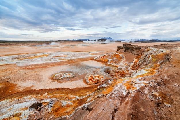 Erozja gleby w dolinie geotermalnej namafjall na islandii