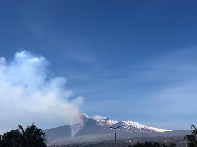 Erupcja wulkanu etna na sycylii we włoszech