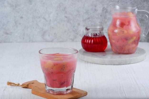 Es buahsop buah lub es buah jest mieszanym owocem iceindonezyjskim popularnym napojem