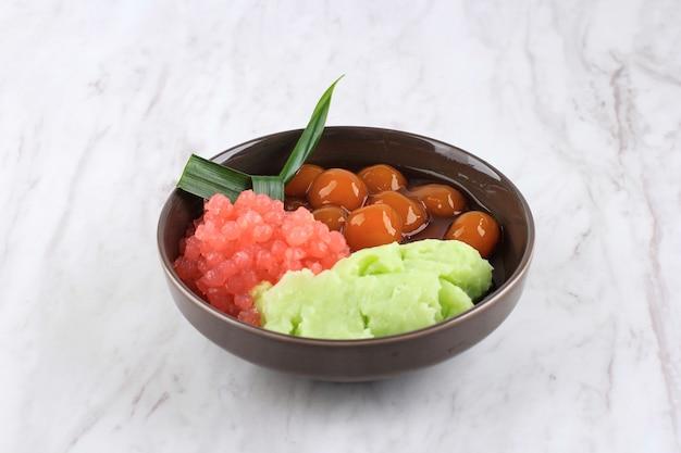 Es bubur sumsum lub es bubur lemu bandung, popularna tradycyjna owsianka z zachodniej jawy, zrobiona z mąki ryżowej, candil (lepka kulka ryżowa) i perła tapioki. podawany z syropem z cukru palmowego i mlekiem kokosowym