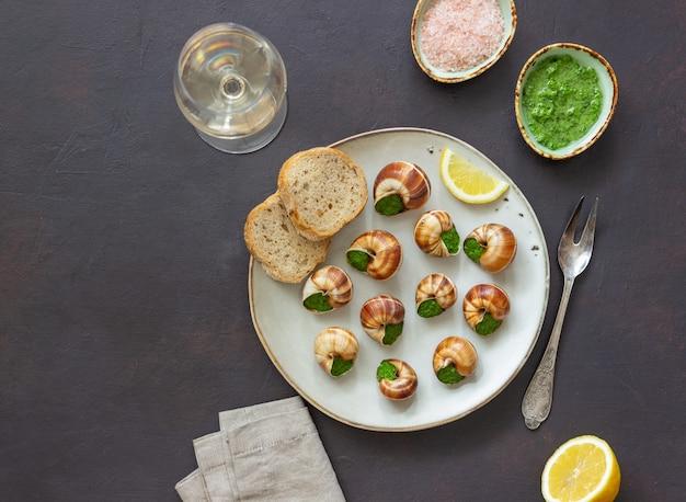 Escargots de bourgogne. ślimaki z masłem ziołowym. zdrowe jedzenie. francuskie jedzenie.