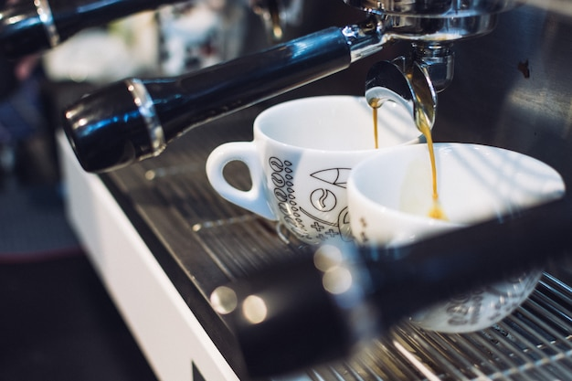 Espresso kapie z uchwytu filtra
