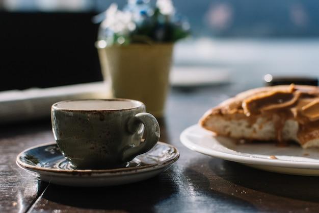 Espresso macchiato z karmelową duńską bułeczką