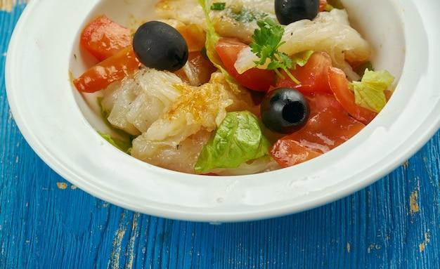 Esqueixada - tradycyjna katalońska potrawa, sałatka z rozdrobnionego solonego dorsza, pomidorów, cebuli, oliwy z oliwek i octu, sól,