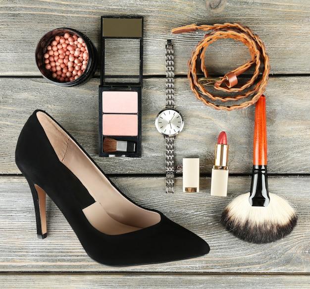 Essentials modne damskie przedmioty na drewnie