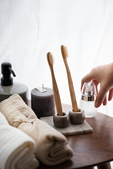 Estetyczna łazienka z ekologicznymi szczoteczkami do zębów i świecą zapachową