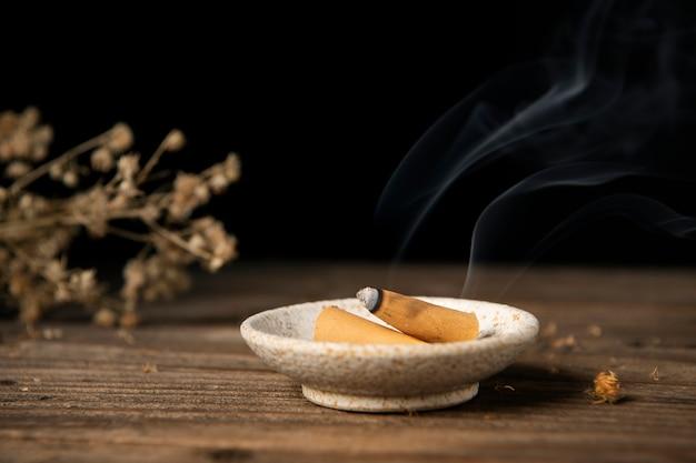 Estetyczna tapeta w tle z kadzidłem, aromatyczne wrażenia spa
