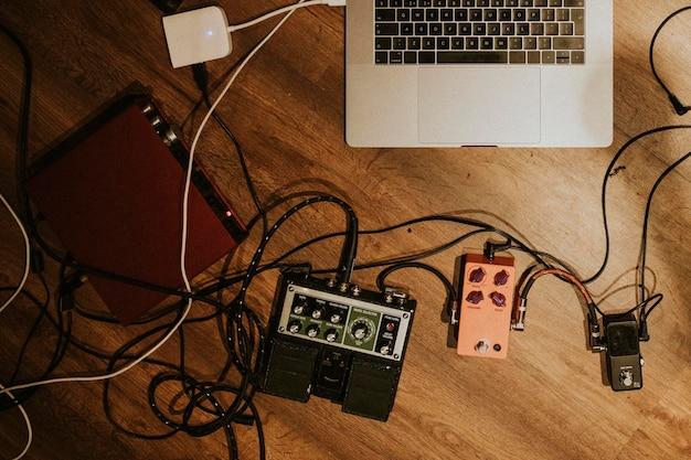 Estetyczne studio nagrań muzycznych, laptop i interfejs audio obraz hd