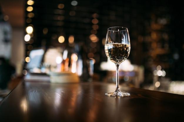 Estetyczny kieliszek białego wina lub wody