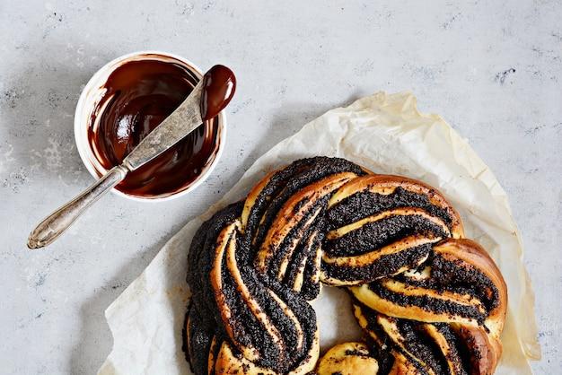 Estoński kringle. brioche z makiem i czekoladą, wianek.