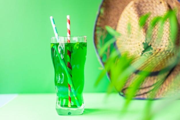 Estragon lemoniada tropikalny liść palmy zielona bazylia napój lód napój orzeźwiający słomkowy kapelusz
