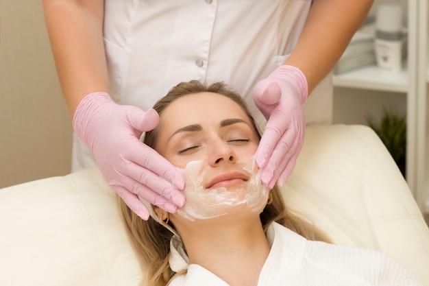 Etap oczyszczania twarzy w klinice