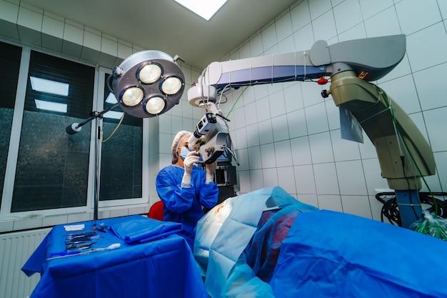Etapy podnoszenia płata podczas operacji lasik okulistyka. korekcja wzroku.
