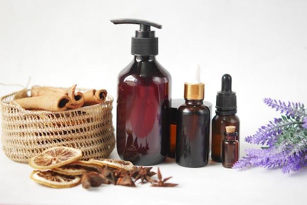Eteryczny olejek cytrusowy suszona cytryna i przyprawa na stole