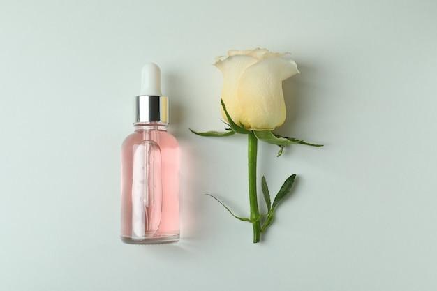 Eteryczny olejek różany i róża na białym tle