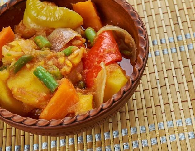 Etiopski yataklete kilkil - połączenie ziemniaków, fasolki szparagowej i marchwi