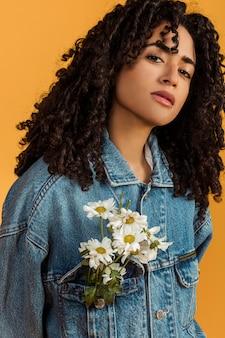 Etniczna kobieta z kwiatami w kurtce