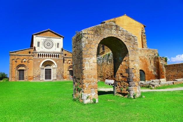 Etruskie miasto tuscania z kościołem san pietro. znaki włoskiej serii