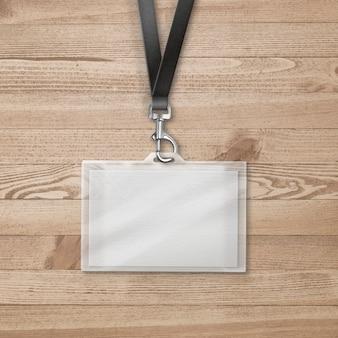 Etui na karty identyfikacyjne na drewnianej powierzchni