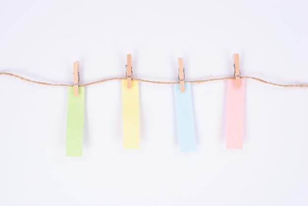 Etykieta kolorowe naklejki wiszące na liny na białym tle