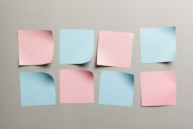 Etykieta naklejek z bliska na szarym tle papieru