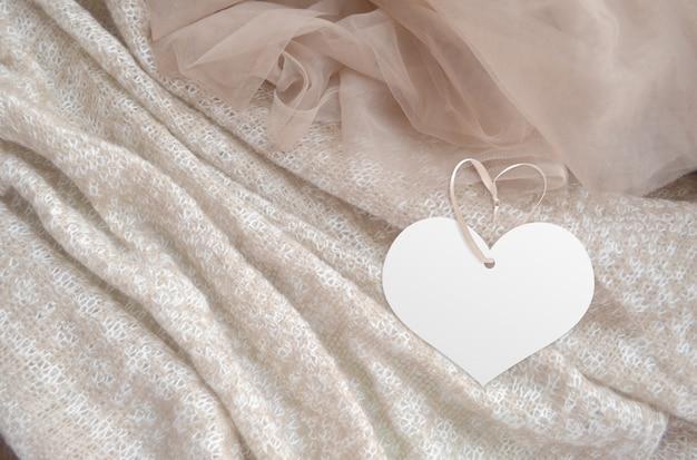 Etykieta ubrania na tle tkaniny. makieta szablonu marki