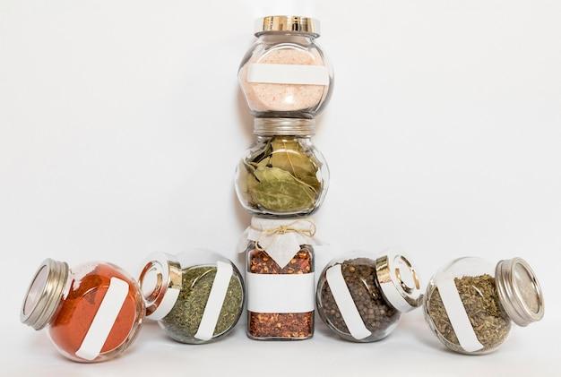 Etykietowane słoiki z różnymi przyprawami